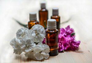 huiles essentielles avec des fleurs