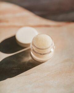 baume naturel ouvert sur une table