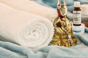 huiles de massage près d'une serviette
