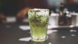 cocktail sans alcool sur une table