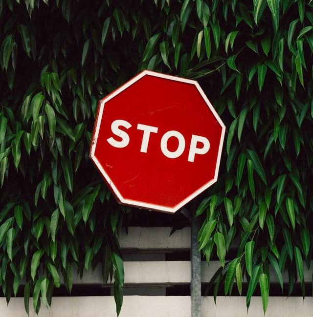 panneau stop avec un fond de plante pour avertir des dangers des huiles minérales