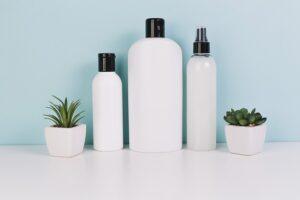 Flacons de cosmétiques naturels alignés sur une étagère.