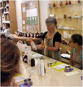Formatrice herbeo lors d'une formation en cosmetique naturel