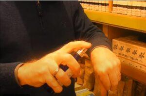 spray d'huiles essentielles sur les mains