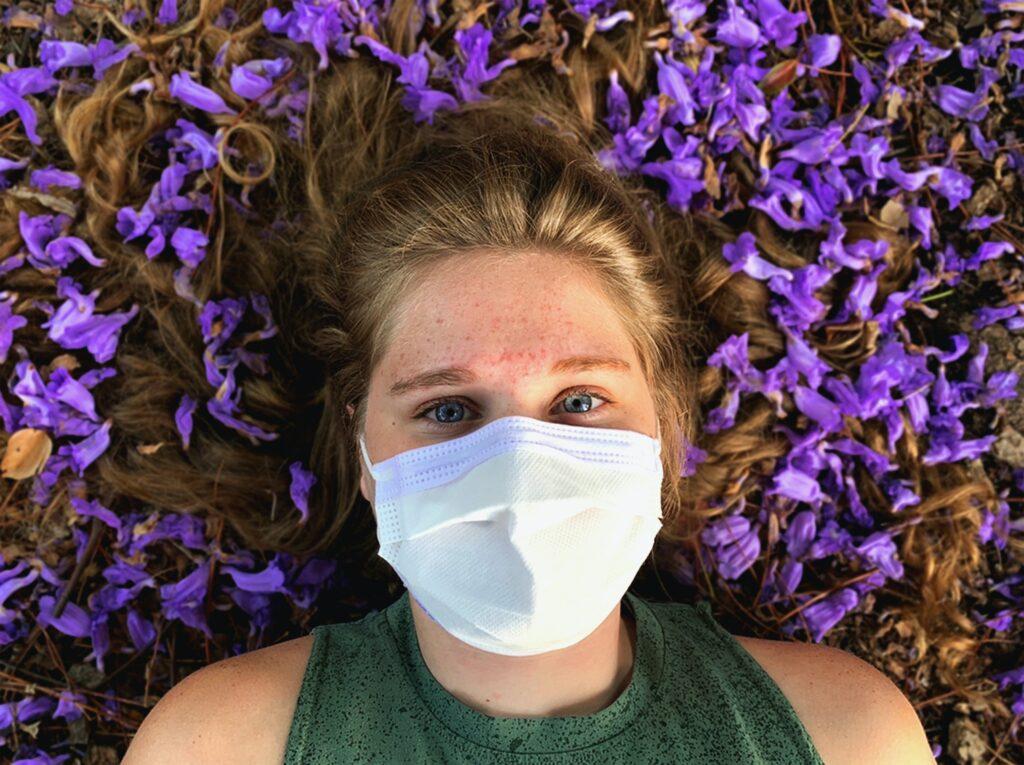 Femme avec un masque dû à la crise sanitaire du covid-19.