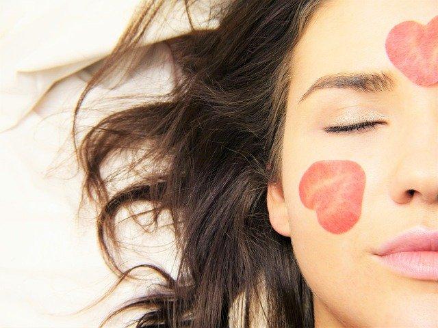 Une femme prenant soin de sa peau avec un masque purifiant.