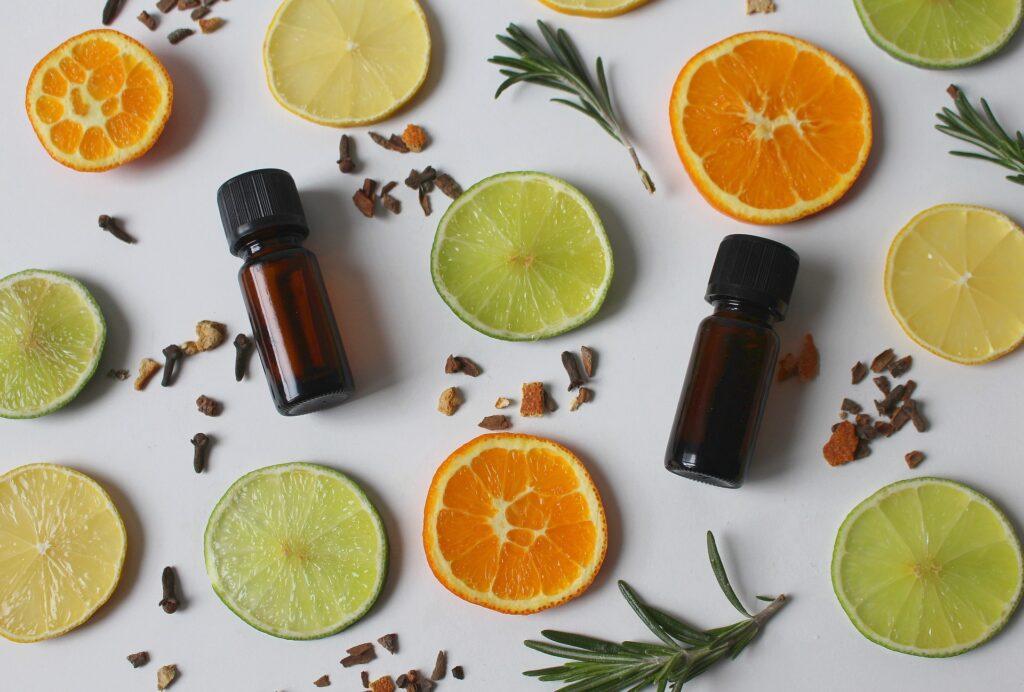 huiles essentielles entourés de fruits et plantes