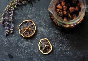 Plantes et fruits disposés sur la table qui ont permis de créer une tisane personnalisable en ligne.